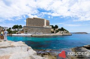 Pobřeží u hotelu Barcelo Cala Vinas