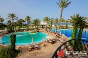 Bazény hotelu Mövenpick Resort and Marine Spa