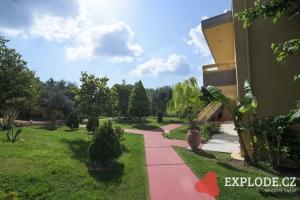 Zahrada a budovy